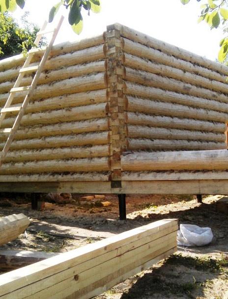 Сруб дома на свайном фундаменте