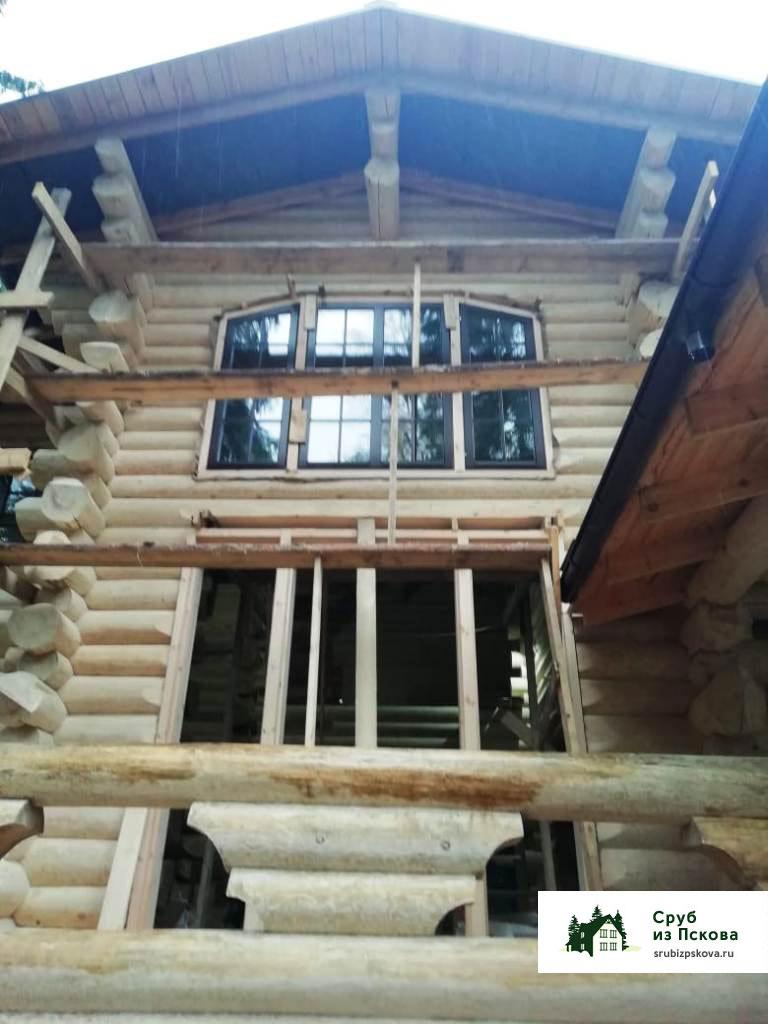 Двухэтажный сруб коттеджа с высокими панорамными окнами, рубка в чашу